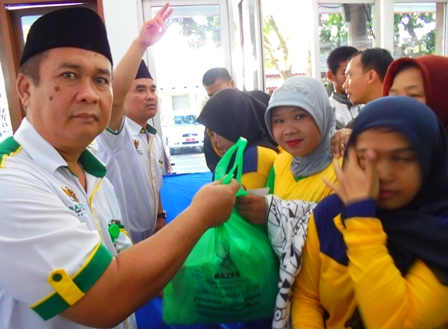 Ketua Baznas Kabupaten Garut Rd. Aas Kosasih, S.Ag., M.Si Menyampaikan Santunan, Antara lain Kepada Pasukan Kuning Penyapu Jalan Perkotaan.
