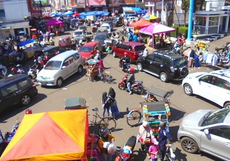 Penduduk Tumpah Ruah Kunjungi Pusat Kota.