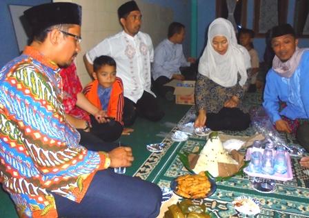 Wakil Bupati Helmi Budiman Nikmati Hidangan Produk Kuliner Kearifan Lokal Kampung Panawuan, Seusai Menunaikan Ibadah Shalat Tarawih.