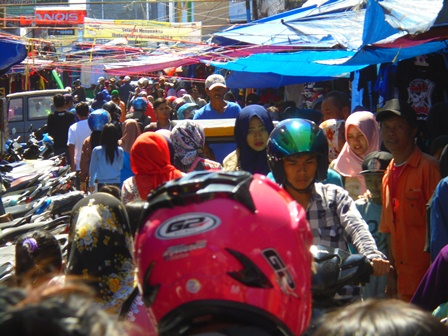 Kepadatan di Lintasan Jalan Pasar Baru Garut.