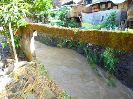 Benteng Tepian Sungai Perumahan Di Jayawaras jebol.