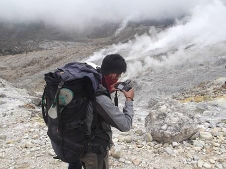 Ilustrasi Memotret Kepulan Asap Panas Kawah Gunungapi.