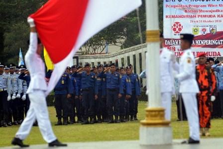Paskibra mengibarkan bendera merah putih dalam upacara peringatan hari Sumpah Pemuda di Lapangan Tegar Beriman, Kabupaten Bogor, Jawa Barat, Jumat (28/10).  (Antara/Yulius Satria Wijaya).