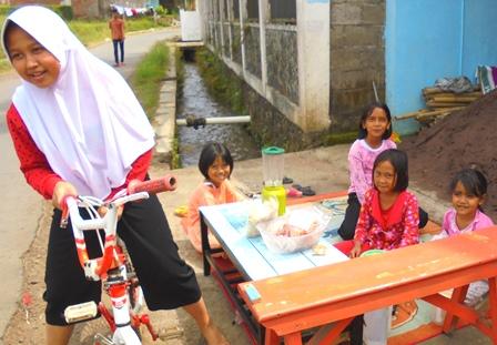 Anak-anak Belajar Berjualan di Garut Lantaran Kian Sulitnya Kondisi Perekonomian.