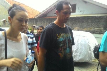 Istri korban pembacokan pakar IT ITB Hermansyah, yakni Iriana (kiri) sedang mengecek barang bukti kendaraan mobil Avanza putih B 1068 ZFT di RS Hermina, Depok, Ahad (9/7).  Republika/Rusdy Nurdiansyah.