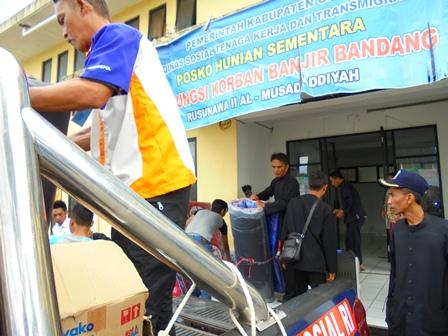 Membantu Evakuasi Pengungsi Menuju Rumah Kontrakan, Kamis (13/07-2017).