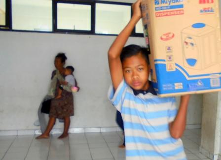 Anak-anak Pengungsi Ikut Serta Mengemas Barang.