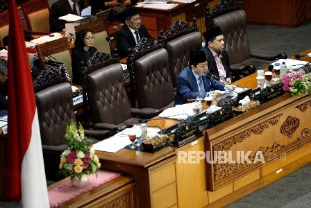 Ketua DPR RI Setya Novanto (kiri) bersama Wakil Ketua DPR RI Fahri Hamzah memimpin Rapat Paripurna ke-32 masa persidangan V tahun sidang 2016-2017 di Kompleks Parlemen Senayan, Jakarta, Kamis (20/7).  Republika/ Wihdan Hidayat.