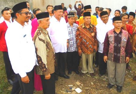 """Helmi Budiman Bersama Deddy Mizwar Tinjau Areal Untuk Pembangunan Rumnah Sakit Tipe """"D""""."""