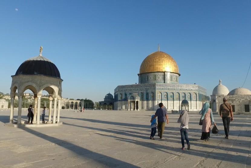 Tampak peziarah yang sedang berjalan menuju Masjid Al Aqsa. (ROL).