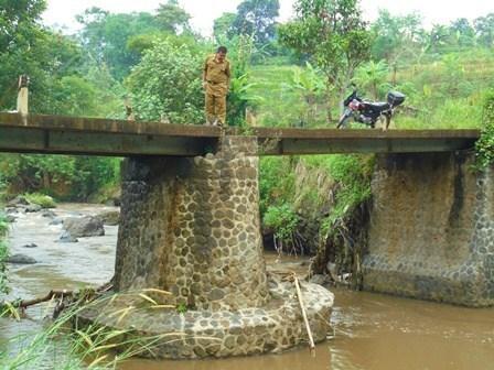 Kondisi Jembatan Ampel Saat Ini, Sangat Mendesak Segera Dibangun Rehabilitasinya.
