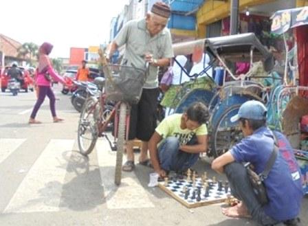 Ilustrasi. Saksikan Strategi Bermain Catur di Pinggiran Jalan.