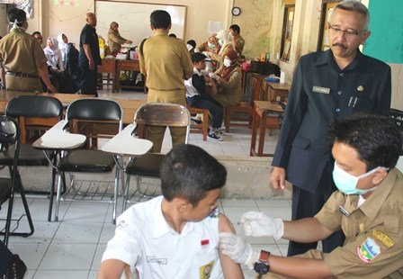 Kepala SMPN 1 Garut, H. Ahmad Gunawan Saksikan Langsung Pelaksanaan Imunisasi di lingkungan lembaga pendidikan yang dikelolanya.