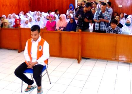 Restu Fauzi, Bersendal Jepit Seksama Dengarkan Amar Putusan Hukuman Seumur Hidup.