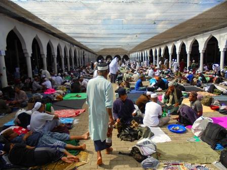 Puluhan Hingga Ratusan Ribu Jamaah dari Seluruh Wilayah Indonesia Penuhi Komplek Masjid Al Fatah Temboro Magetan.
