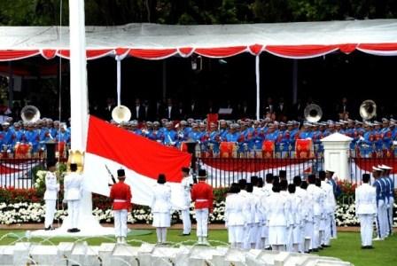 Pengibaran duplikat bendera pusaka oleh anggota Paskibraka saat Upacara detik-detik Proklamasi di Istana Merdeka, Jakarta, Kamis (17/8). ( Republika/Wihdan Hidayat ).