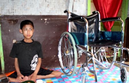Risman Sangat Terhibur Adanya Bantuan Kursi Roda.