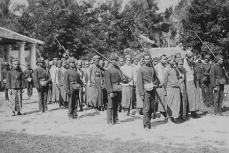 Lasykar rakyat dalam pemberontakan petani dan ulama di Banten, tahun 1888. (KTLV).