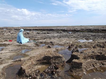 Shalat Tetap Khusu Meski Dikepung Hamparan Karang Terjal Pantai Garut Selatan.